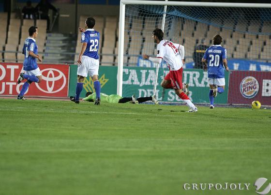 Doblas no puede hacer nada ante el lanzamiento de Camacho en el penalti que significó el 0-1.  Foto: Pascual