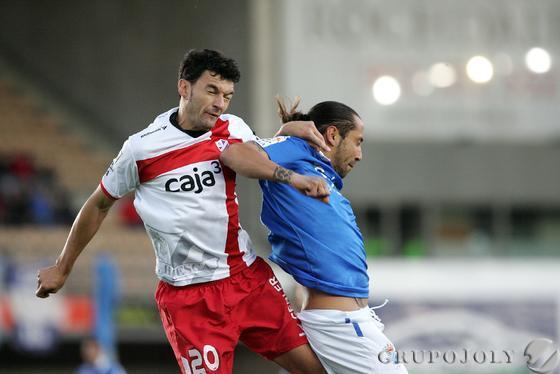 José Mari busca un balón por alto.   Foto: Pascual