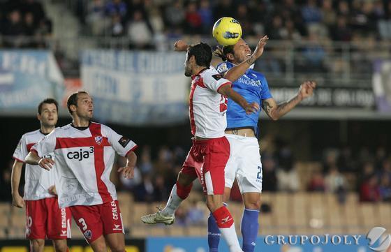 José Mari salta a por un balón aéreo.   Foto: Pascual