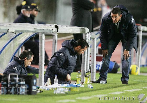 Merino y Vicente Moreno estudian cómo recomponer el equipo tras la expulsión.   Foto: Pascual