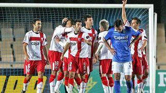 Los jugadores del Huesca celebran el tanto.   Foto: Pascual