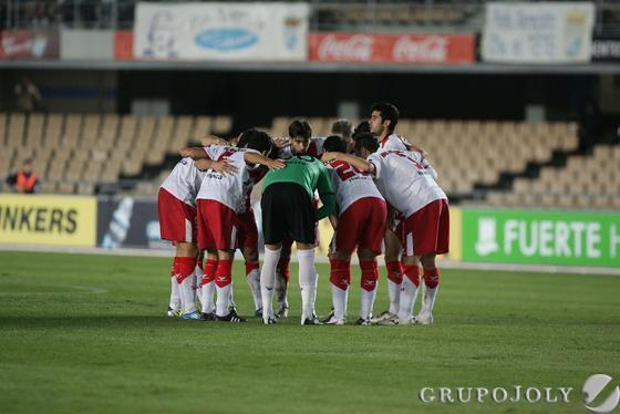 Los jugadores del Huesca hacen piña antes de comenzar.   Foto: Pascual