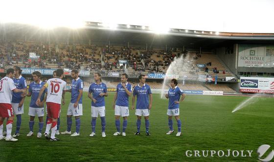 Los jugadores de ambos equipos se saludan antes de comenzar.   Foto: Pascual