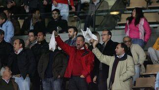 Algunos pañuelos en la grada tras la derrota.   Foto: Pascual