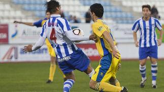 De la Cruz parece tocar el balón con la mano dentro del área en una acción con Juanjo. El árbitro no vio nada.  Foto: Pascu Mendez (LOF)