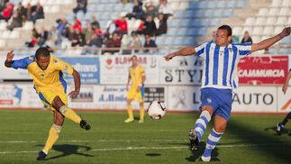 Ikechi dispara a puerta para hacer el 0-1.   Foto: Pascu Mendez (LOF)