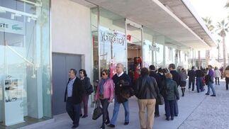 El Muelle Uno se llenó ayer de público en su primer fin de semana tras una accidentada apertura  Foto: Javier Albiñana