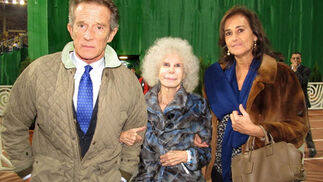 Alfonso Díez, la duquesa de Alba y Carmen Tello.  Foto: Victoria Ramírez