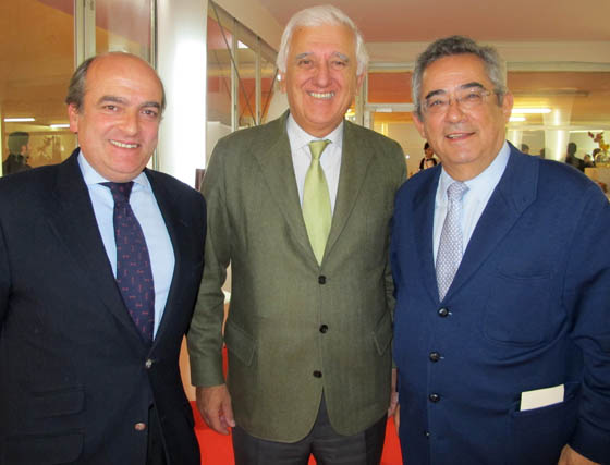 Luis Miguel Martín Rubio, director de Negocio para Andalucía de Ernst & Young; Santiago Herrero, presidente de la CEA, y Alberto Manzano, presidente de la Fundación Mapfre.  Foto: Victoria Ramírez
