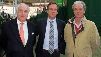 Juan Ramón Guillén, presidente de Grupo Acesur; Tito Galnares (Syrsa Automoción) y Álvaro Basa, director territorial para Andalucía de Konecta.  Foto: Victoria Ramírez