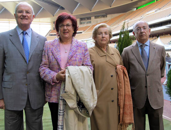 En los extremos, dos ex alcaldes de Sevilla: Luis Uruñuela, presidente de EUSA, y Manuel del Valle Arévalo, con Ana María Nieves y María Luisa de Pedro.  Foto: Victoria Ramírez