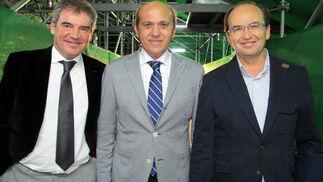Manuel Vizcaíno (subdirector general de Organización y Gestión); José María del Nido (presidente) y José Castro (vicepresidente) del Sevilla FC.  Foto: Victoria Ramírez