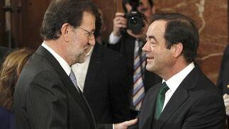 Bono saluda a Mariano Rajoy. / EFE