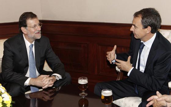 Rajoy charla con Zapatero durante el Día de la Constitución. / EFE