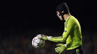 Cech se dispone a poner en juego una pelota. / Reuters