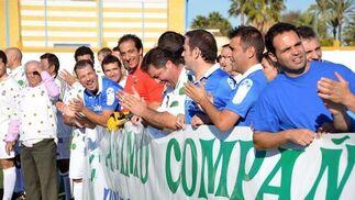 Jugadores del Flamenco y de la cantera del Xerez de todas las épocas disputan un partido amistoso a beneficio del Comedor del Salvador y de Cáritas.  Foto: Manuel Aranda