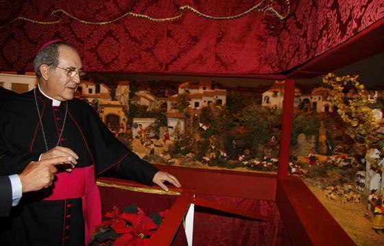 El arzobispo Asenjo contempla escenas del nacimiento.  Foto: J. C. Vázquez y Victoria Hidalgo