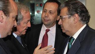 Luis Miguel Martín Rubio, José Gandía, José Antonio Carrizosa y Juan Ignacio Zoido, en animada charla.  Foto: J. C. Vázquez y Victoria Hidalgo