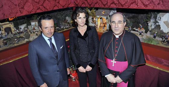 Gonzalo Madariaga y su esposa, María Caballero, con el arzobispo de Sevilla, Juan José Asenjo Pelegrina.  Foto: J. C. Vázquez y Victoria Hidalgo