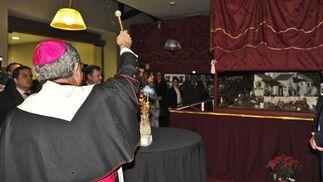 Momento de la bendición del nacimiento por parte del arzobispo Asenjo.  Foto: J. C. Vázquez y Victoria Hidalgo