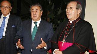 Manuel Clavero, presidente del consejo editorial de 'Diario de Sevilla'; el alcalde, Juan Ignacio Zoido; y el arzobispo, Juan José Asenjo.  Foto: J. C. Vázquez y Victoria Hidalgo