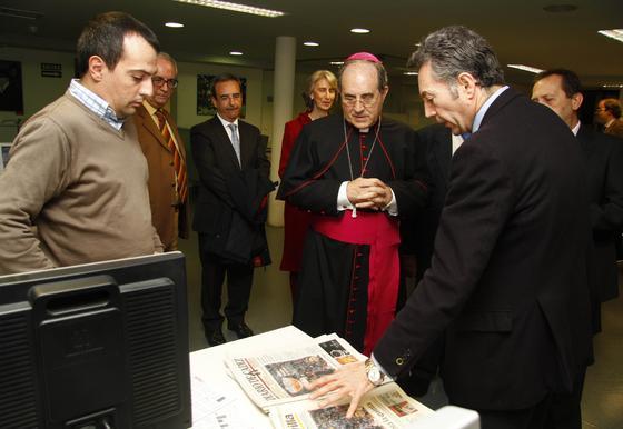 El arzobispo escucha las explicaciones del presidente del Grupo Joly sobre cómo es el proceso de producción del periódico.  Foto: v