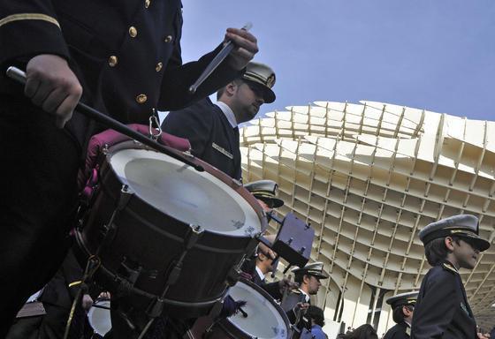 Setenta bandas procesionales de toda España desfilan por Sevilla. / Manuel Gómez