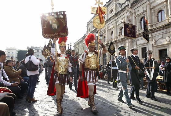 Setenta bandas procesionales de toda España desfilan por Sevilla. / EFE