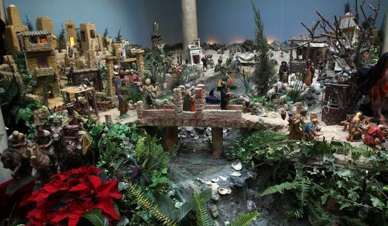 El patio andaluz de San Juan de Dios acoge cada año su tradicional belén.  Foto: Migue Fernandez