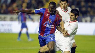 Koné y Spahic pugnan un balón.  Foto: Reuters