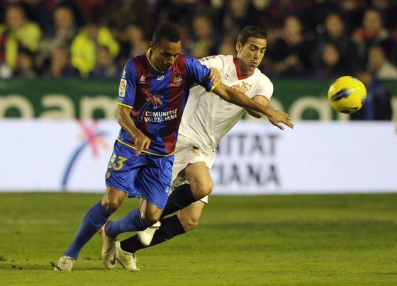 Navarro completó un buen partido.  Foto: AFP