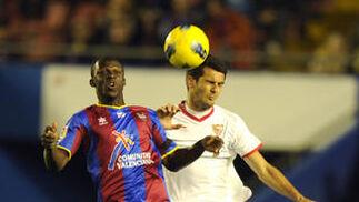 El Spahic presiona a Koné.  Foto: AFP