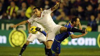 Trochowski pugna un balón con Farinós al inicio del encuentro.  Foto: AFP