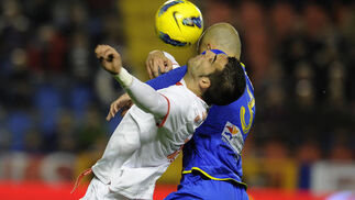 En el duelo entre Nano y Negredo fue duro.  Foto: AFP