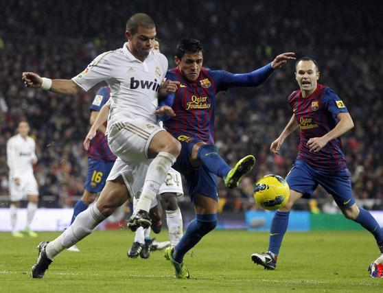 El Barcelona vence al Real Madrid a domicilio (1-3). / Reuters