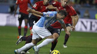 Cazorla intenta sortear a dos rivales. / Sergio Camacho