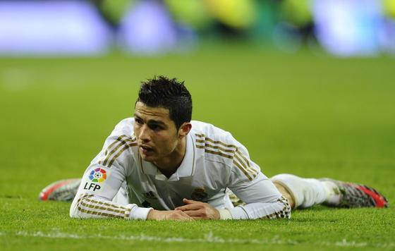 Cristiano Ronaldo se desespera sobre el césped. / AFP