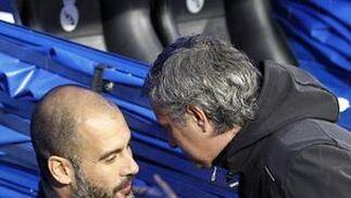Guardiola y Mourinho se saluda antes del partido. / EFE