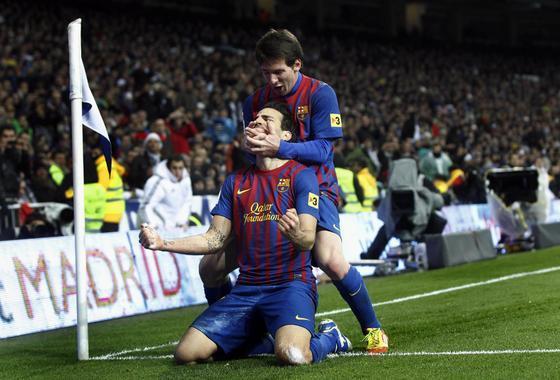 Messi celebra el tercer gol del Barcelona con su autor, Cesc. / Reuters