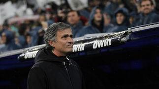Mourinho mira a la grada. / Reuters