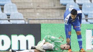 Roberto se duele de una patada tras un choque con Miku. / LOF