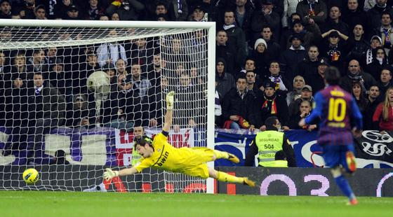 El balón entra en la portería de Casillas en el gol de Alexis. / AFP