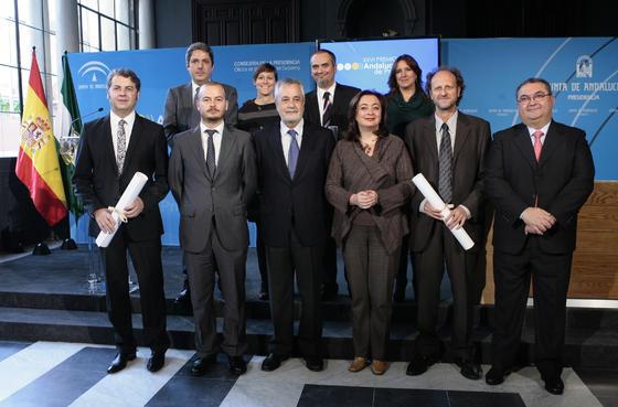 Los premiados posan junto José Antonio Griñán y Mar Moreno, en el centro. / Juan Carlos Muñoz