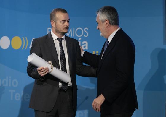 José Antonio Griñán dialoga con Vázquez. / Juan Carlos Muñoz