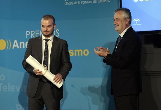 Griñán aplaude a Juan Carlos Vázquez. / Juan Carlos Muñoz