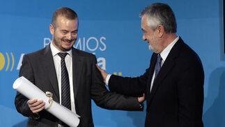 El fotógrafo del Grupo Joly Juan Carlos Vázquez recoge el premio Andalucía de Periodismo por su foto 'Trasplante feliz'. / Juan Carlos Muñoz