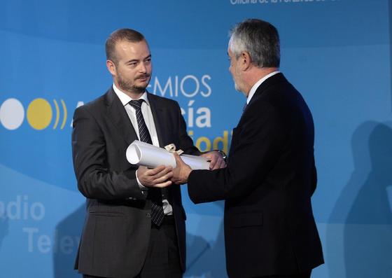 Juan Carlos Vázquez recoge el premio de manos de José Antonio Griñán. / Juan Carlos Muñoz