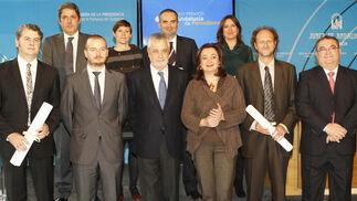 El elenco de premiados, con Griñán y Mar Moreno. / EFE