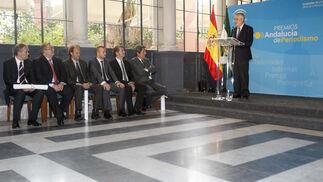 Los premiados escuchan atentamente a Griñán. / EFE