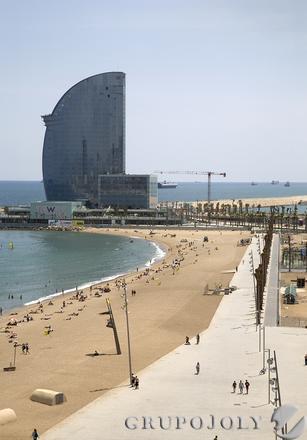 La Nova Bocana de Barcelona es una de las últimas zonas portuarias cedidas para uso ciudadano que incluye la construcción de un hotel (al fondo).